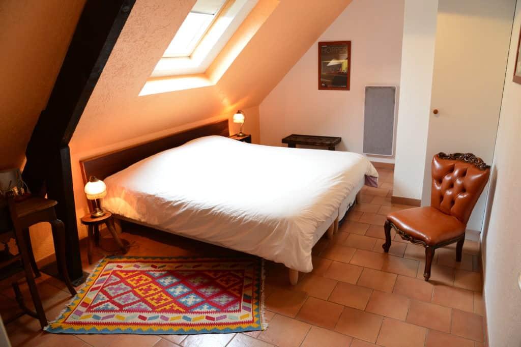 L'atmosphère chaleureuse de cette chambre, toute en bois et tons ocres, vous apaisera dans son cocon de calme. 2