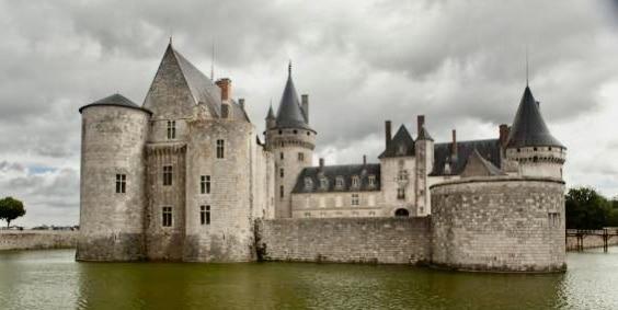 Vue du château de Sully-sur-Loire avec les douves